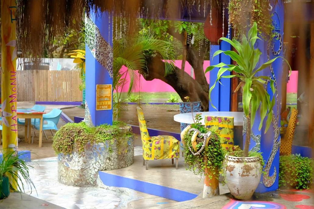 Das farbenfrohe Love Café in Ponta do Ouro, Mosambik